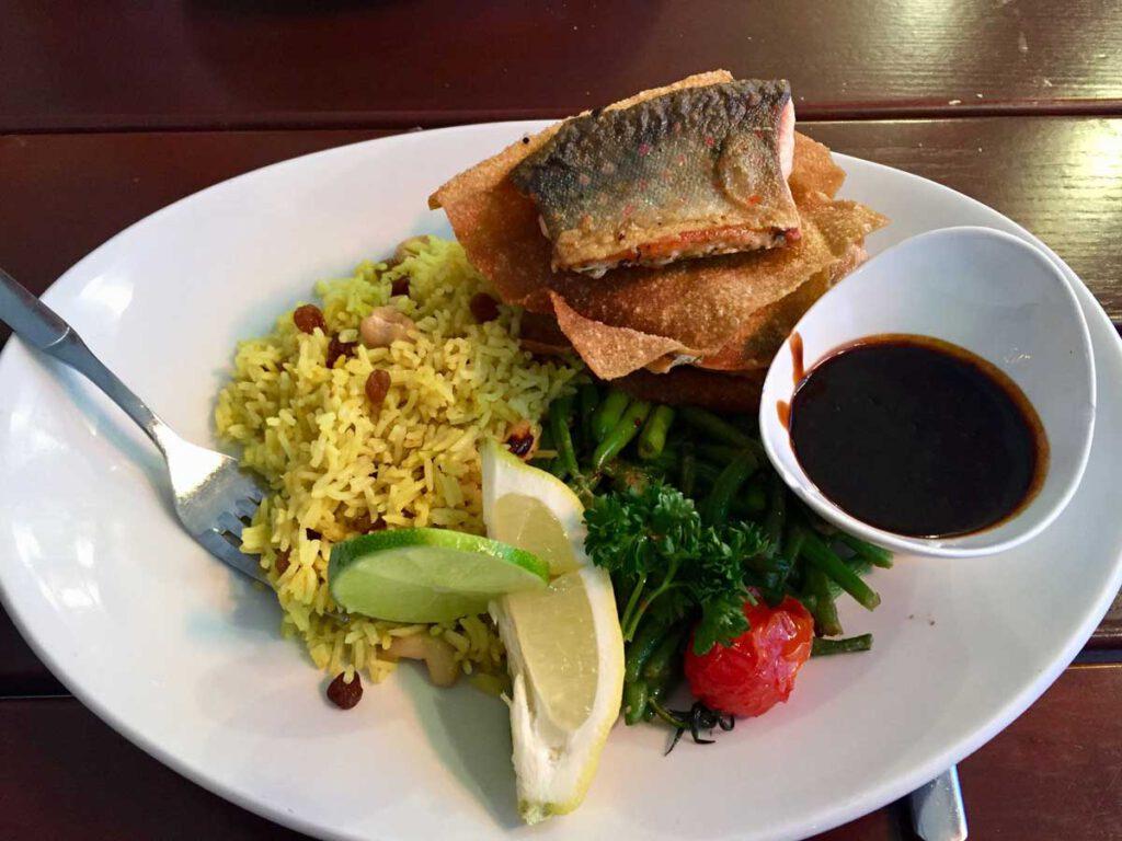 Türmchen aus Saiblingsfilet, Wan-Tan Blättern und Zuckerschoten Kurkuma - Cashew - Reis, Teriaki Sauce